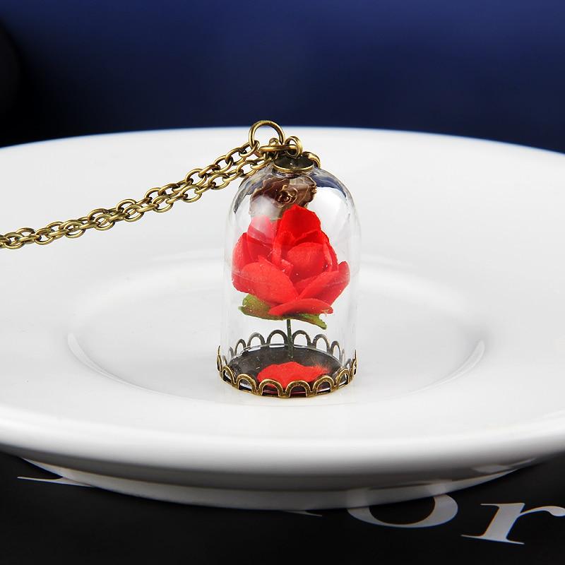 Collier rose sous cloche de différente couleur rouge