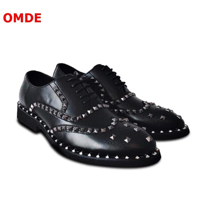 OMDE в Корейском стиле Модные Черные Туфли оксфорды для Для мужчин броги с перфорацией кожаные туфли Для мужчин платье с заклёпками Обувь На Ш
