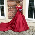 Red Off The Shoulder Cetim Até O Chão vestido de Manga Longa 2017 Vestido de Baile Com Corpete de Renda Vestido Formatura