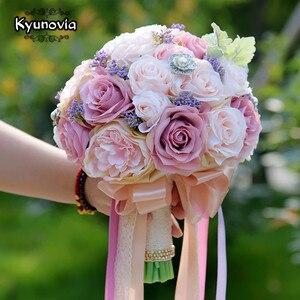 Image 2 - Kyunovia セット結婚式のブーケブートニエールと手首の花のコサージュのブローチブーケ花嫁介添人ブライダルブーケ結婚式デコ D81