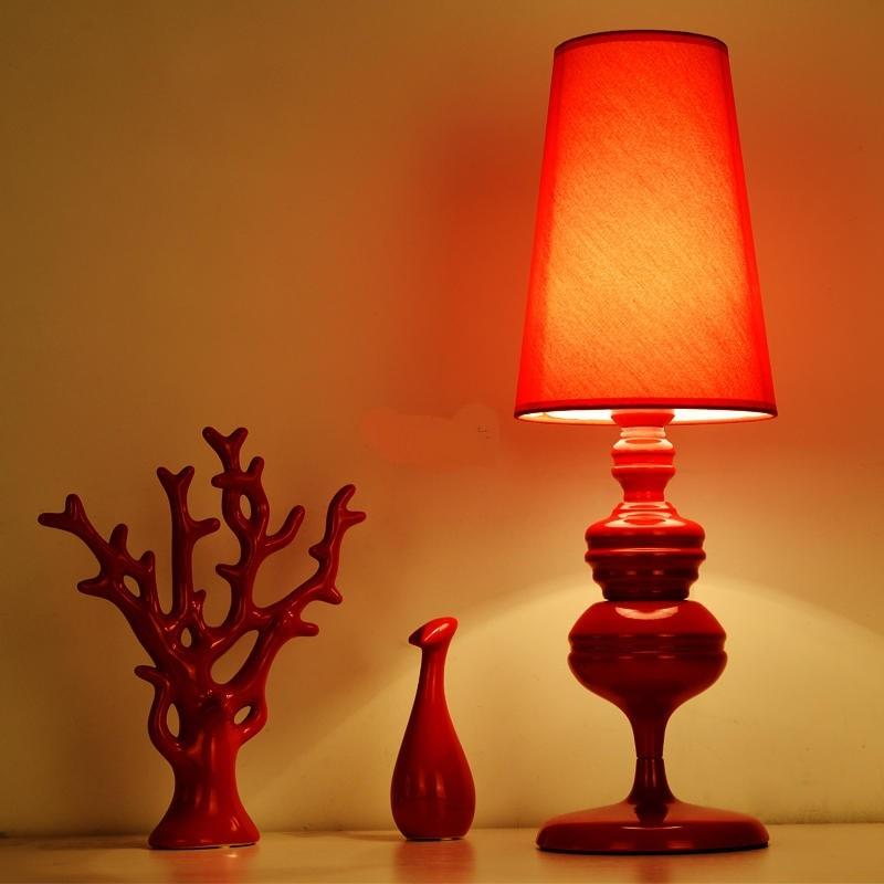 Личность Красный гладить настольная лампа творческий свадебные прикроватная тумбочка для спальни бар, оформленный настольные лампы Гости...
