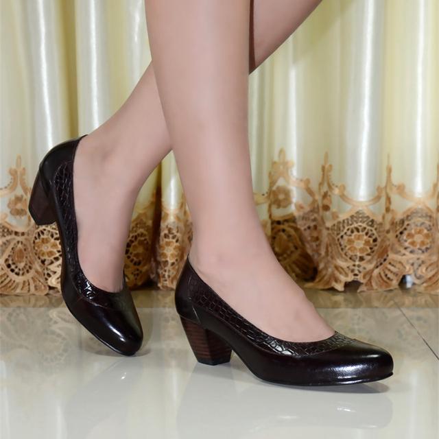 Nuevas mujeres del estilo de zapatos de cuero genuino med talón mujeres bombas zapatos de vestir para mujeres para mujer de la oficina zapatos 6022-10