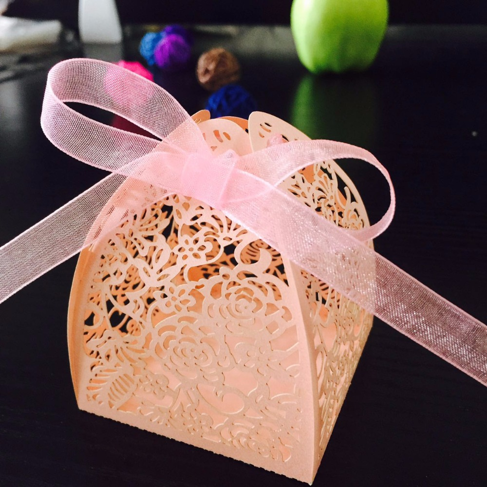 50pcs/lot DIY White Pink Rose Laser Cut Gift Candy Boxes Wedding Party Favor Hollow Carriage Baby Shower Favors With Ribbon
