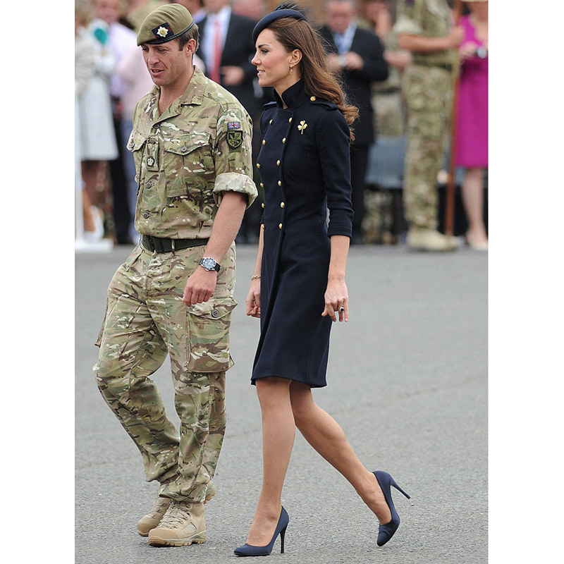 Kate middleton automne hiver robe bleu marine robe de laine col montant or double  boutonnage boutons à manches longues genou longueur robe dans Robes de ... 0dd7f52e8ed4