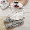 2017 de Corea Del Bebé Del Muchacho Que Arropan niños pajarita Camisetas vidrios de la historieta + pantalones de los niños chaqueta de punto de algodón de dos piezas traje