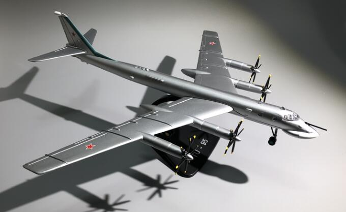 Rare  Special Offer  1:144  Soviet Union  TU-95  Russian Long-Range Strategic Bomber Model  Alloy Model Finished Products
