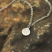 Hợp kim vòng cổ tiny om necklace-yoga jewelry. nhúng Matte Om Pendant Ngoài Trời & Sportsman