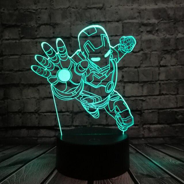 Novidade 3D Iluminação Noturna de Super-heróis Homem De Ferro Figura de Ação Brinquedo do Miúdo Multicolor Lâmpada LED lampada Mesa de Cabeceira Quarto Luz Presentes