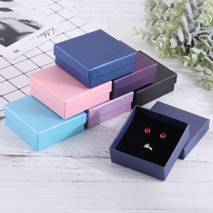 Image 2 - Zwarte Sieraden Doos 9x9 cm Ketting Oorbellen Armbanden Dozen Papier Gift Verpakking met Zwarte Spons Kan Gepersonaliseerde logo 12 stks