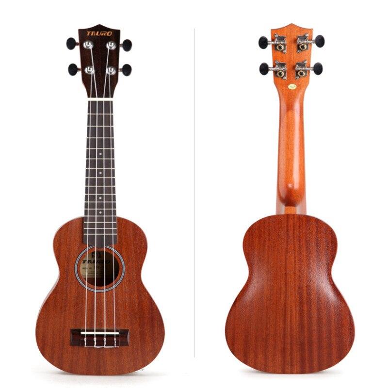 Гаваец играет гитаре