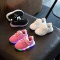 2016 Luminoso Zapatillas zapatos de Los Niños Zapatos Casuales Zapatos de las muchachas Del Bebé LED Iluminado brillante zapatillas chicos de moda de Malla de zapatos sólidos