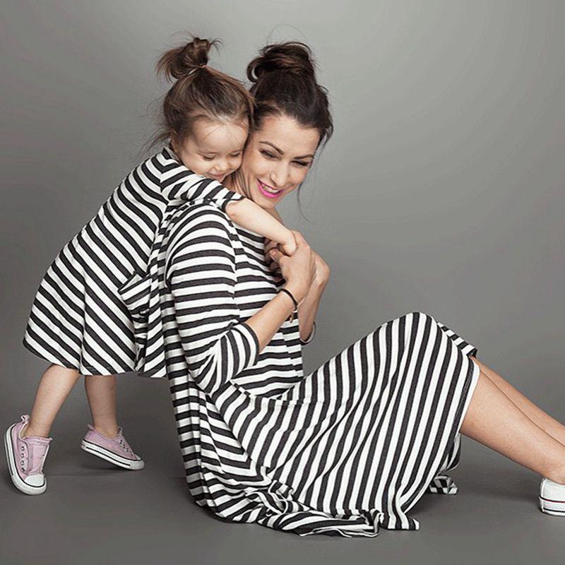 468ec9a34eed8 2017 فساتين أزياء طويلة الأكمام مخطط عائلة الأم ابنة نظرة مطابقة الملابس  القطنية أمي و ابنة الملابس