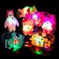 2 pcs Criativo Quente Das Meninas Dos Meninos Dos Desenhos Animados Luz Da Noite LEVOU Pulseira de Flash Brilho Luminoso Pulseiras Partido Decoração de Natal