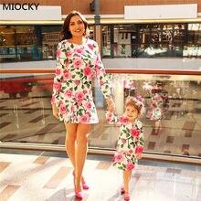 купить New 2018 Mother Daughter Dresses Summer Mother And Daughter Clothes Family Matching Dress Printed Vestidos Mom Padded Dress E049 по цене 519.75 рублей