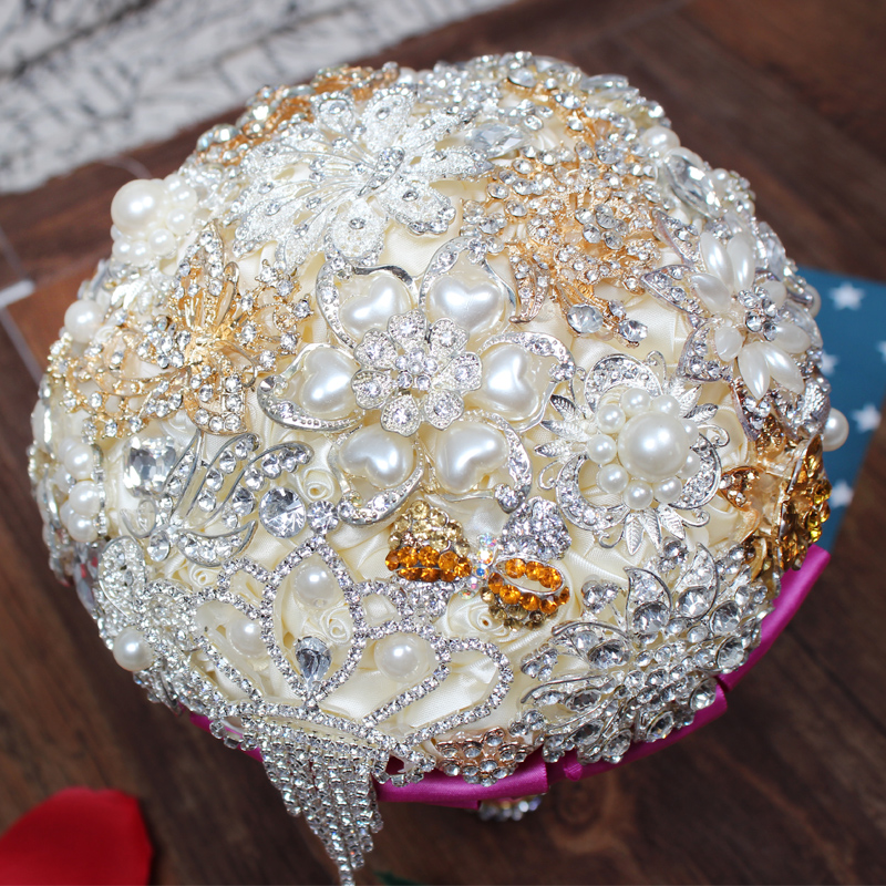 06c8e3347c72 Luxury Popular Crystal Wedding Bridal Bouquets Paragraph Bride Holding  Flowers Full Diamond Wedding Bouquet Crystal brudbukett-in Wedding Bouquets  from ...