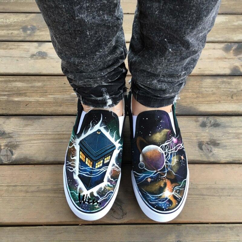 Prix pour Wen Unisexe Peint À La Main Chaussures Conception Personnalisée Docteur Qui Tardis Galaxy Glissement Sur des Chaussures Hommes Toile Sneakers de Femmes De Noël cadeaux