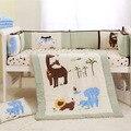 4 Шт. Baby bedding set светло-зеленый Вышивка слон жираф лион Детские кроватки детская кроватка установить 100% хлопок Одеяло Бампер кровать юбка