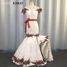 Женское вечернее платье с открытыми плечами белое кружевное