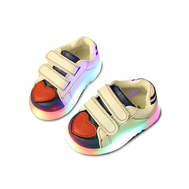 Мило ПРИВЕЛИ ребенка shoes прекрасное сердце флэш-малышей тапки shoes для 1-3yrs ребенок новорожденный infantil открытый причинно освещенные shoes hot