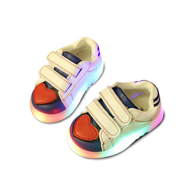 Led lindo bebé shoes lovely corazón flash niño sneaker shoes para 1-3yrs bebé recién nacido infantil iluminado al aire libre causal shoes caliente