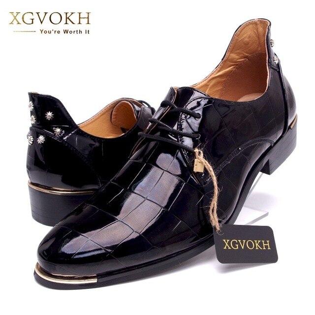 Размер 37-47 Корейской версии тенденция мужчины заклепки оксфорды Мода кружева до острым носом лакированной кожи обувь Повседневная мужская обувь резиновая Z262