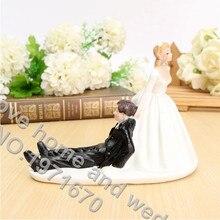 Ozdoba na svatební dort – nevěsta táhnoucí ženicha