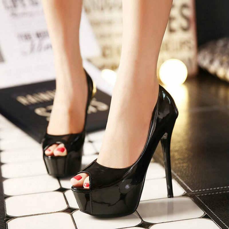 В сексуальной обуви на каблуках
