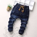 2017 мода детские джинсовые брюки-брюки мужской версия детские губы вышивка детские джинсовые брюки мода