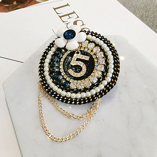 Luxury Rabbit Crown Fur Charm Simulated Pearl Brooch Pins Women Fringe Flower Ball Pearl Pendant Tassel Letter 5 Winter Brooches