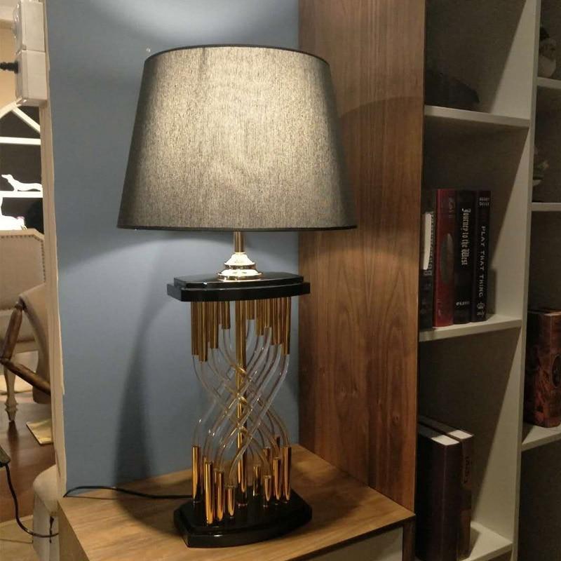 Le verre tubulaire de Type croix moderne est parfaitement combiné avec la lampe de Table en métal
