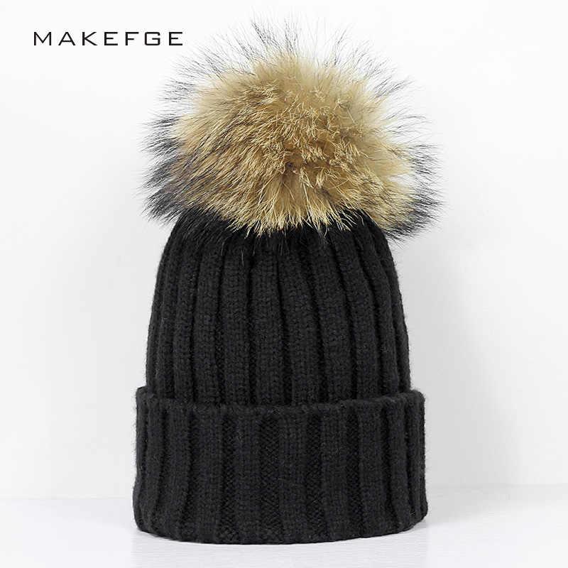 Nueva moda mapache pompones de piel Color sólido Knit Beanie sombrero del  invierno mujer sombreros mujer 64625f29f06