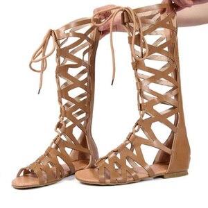 Image 2 - 2020 로마 검투사 붕대 샌들 여성 무릎 높이 플랫 sandalias botas 여성 신발 여성 여름 할로우 발목 부팅