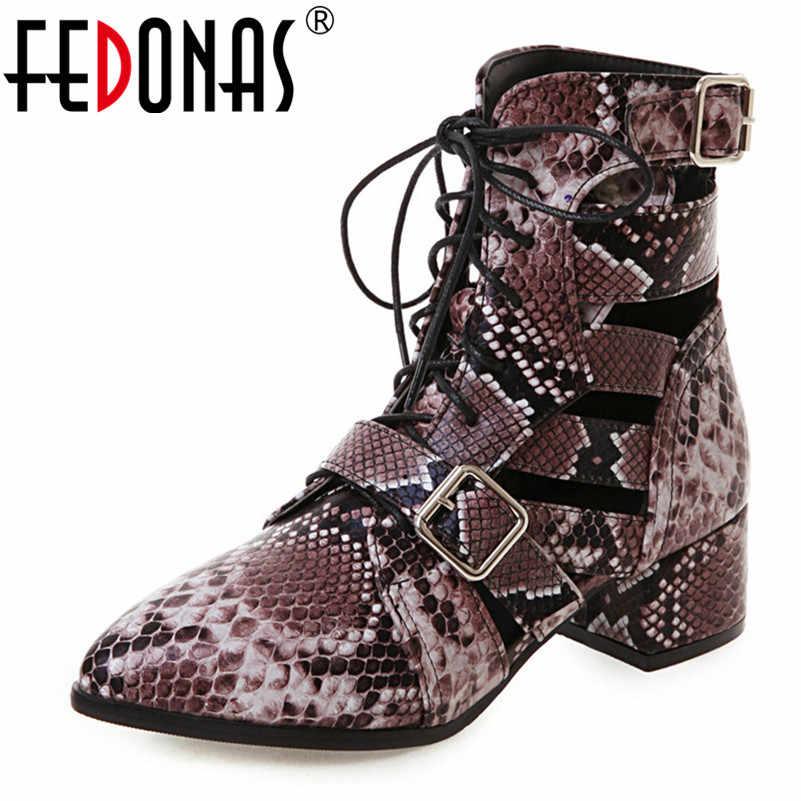 FEDONAS 2019 İlkbahar Yaz Yeni Içi Boş Dantel Up Kadınlar yarım çizmeler Moda Punk Hayvan Baskılar Pu Deri Toka Temel Yüksek Topuklu
