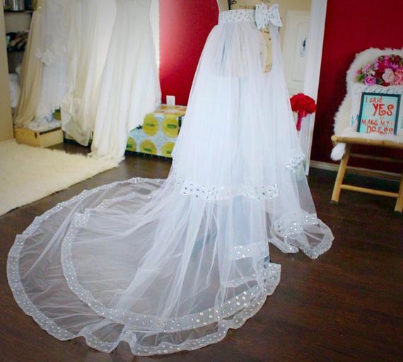 Kadın Giyim'ten Etekler'de Beyaz Tül Overskirt A Line kadın Etek Boncuklu Sweep Tren Custom Made Düğün Etek Yay Sashes'da  Grup 2