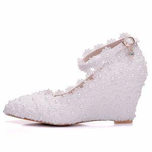 Image 3 - Crystal Queen zapatos de boda de flores blancas, zapatos de tacón alto con perlas de encaje, zapatos y vestido de novia adorables, cuñas con abalorios, 8cm, para mujer