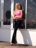 Сексуальный розовый латексный Топ, короткий лиф и черные резиновые штаны, брюки на заказ, хит продаж