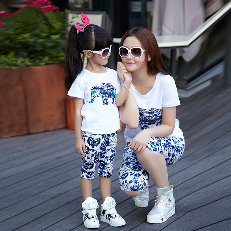 Latest style blue and white print shorts and t shirt 2pcs set clothing for mom and mother daughter matching clothes summer 2015 2015 family summer stripe short sleeve t shirt shorts skirt set fashion sports clothes for mom and daughter free shipping a048