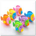 Presente 2 pcs Balanço das Crianças Dos Desenhos Animados do Balanço Cauda de Peixe Artificial Peixe Brinquedos Clockwork windup