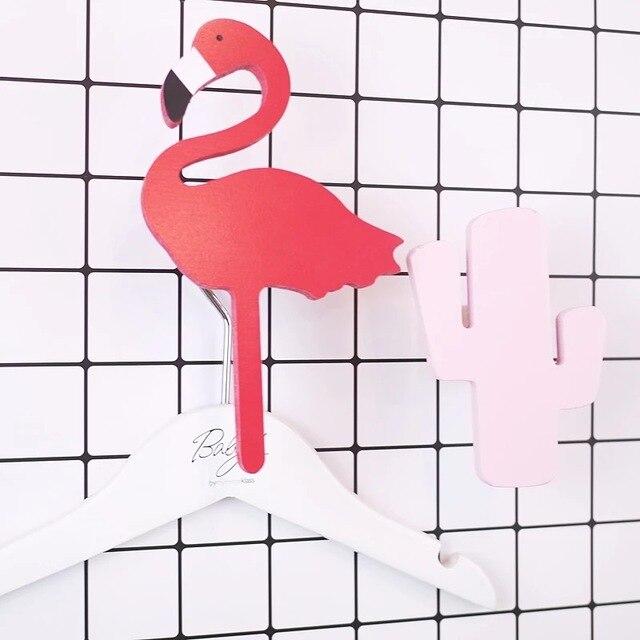 8c73b0028927 € 9.03  Comprar pegatinas de pared decoración del hogar ropa colgada  perchas gancho Da flamencos parlor Cartoon samll ornamento Resina cartel de  la ...