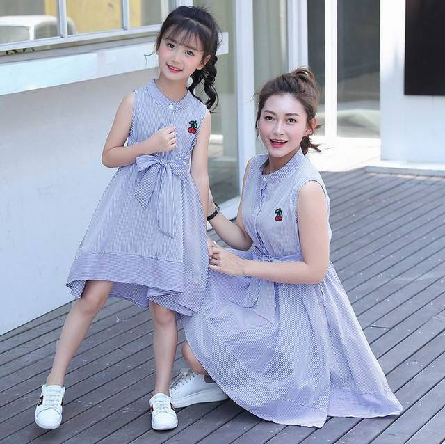 ce242ee52a2 Einzelhandel Familie Outfits Mutter Und Tochter Kleid Kirsche Stickerei Blau  Weißen Streifen Kleider Kinder Familie E1615