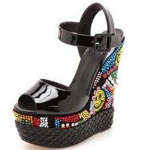 Новые Марка черный Глянцевый лакированной кожи клин сандалии многоцветный кристалл & бусы украшенные ультра туфли на высоком каблуке обувь
