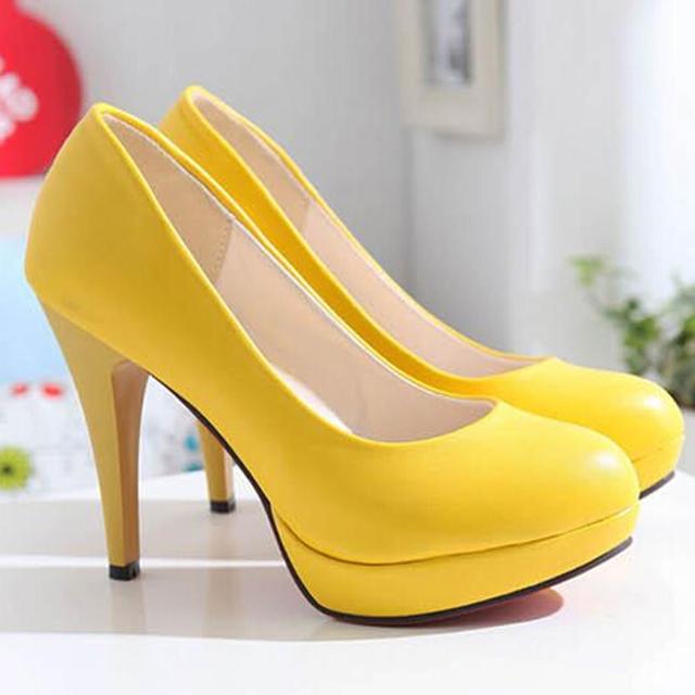 Zapatos de plataforma de tacón alto de la boda del color del caramelo amarillo negro breves solos zapatos de las bombas