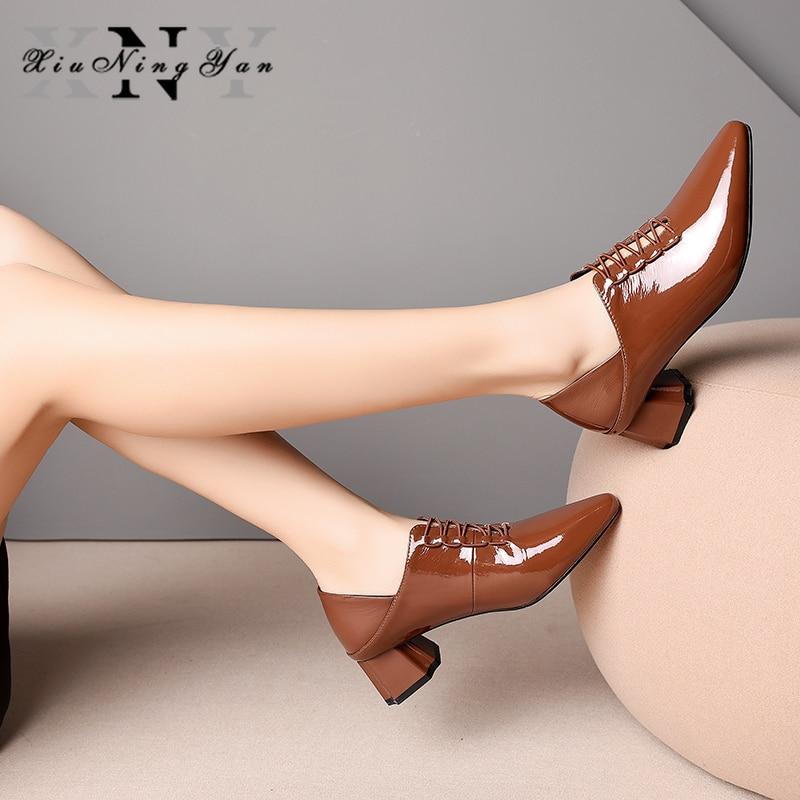 Xiuningyan 2019 여성 펌프 특허 가죽 스퀘어 힐 블랙 브라운 지적 발가락 4.5cm 메디 힐즈 레이디 드레스 슈즈 여성 사이즈 34 40-에서여성용 펌프부터 신발 의  그룹 1