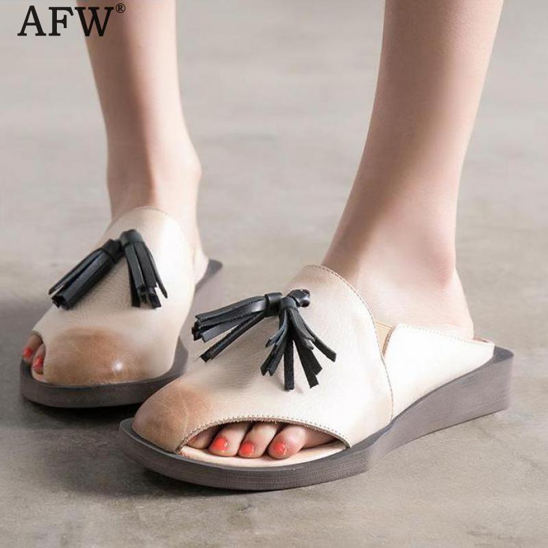Компания afw бахромой мода женщин тапочки 2018 бежевый из натуральной кожи мулы Женская летняя кожаная обувь Ретро низкий каблук рыбы рот тапочки