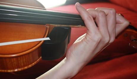 Δωρεάν αποστολή Καρφιτσαρισμένος καρπός με συμπτυγμένους καρπούς σε βιολί και Viola prastice Εκπαιδεύοντας το χέρι για τέλεια θέση καρπού