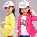 Nuevo 2015 Del Otoño Del Resorte Niños Niñas Abrigos Blazers Caramelo de La Manera del Color Sólido Da Vuelta-abajo Outwear Chaquetas de Los Niños ropa