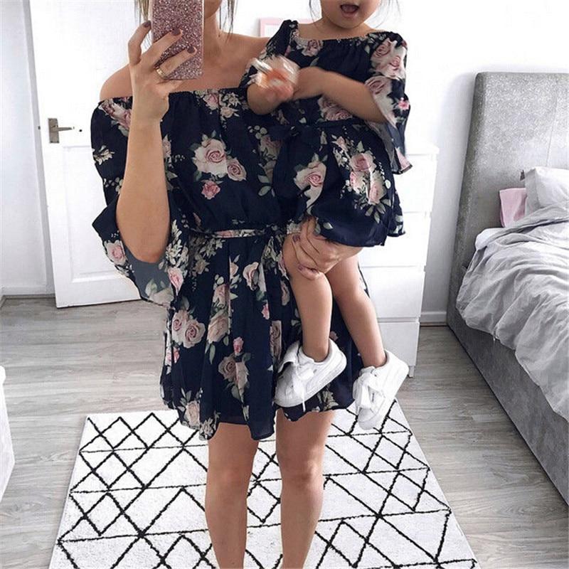 Платье для матери и дочери, семейные одинаковые наряды, платье с открытыми плечами и цветочным рисунком, летнее женское свободное платье в с...