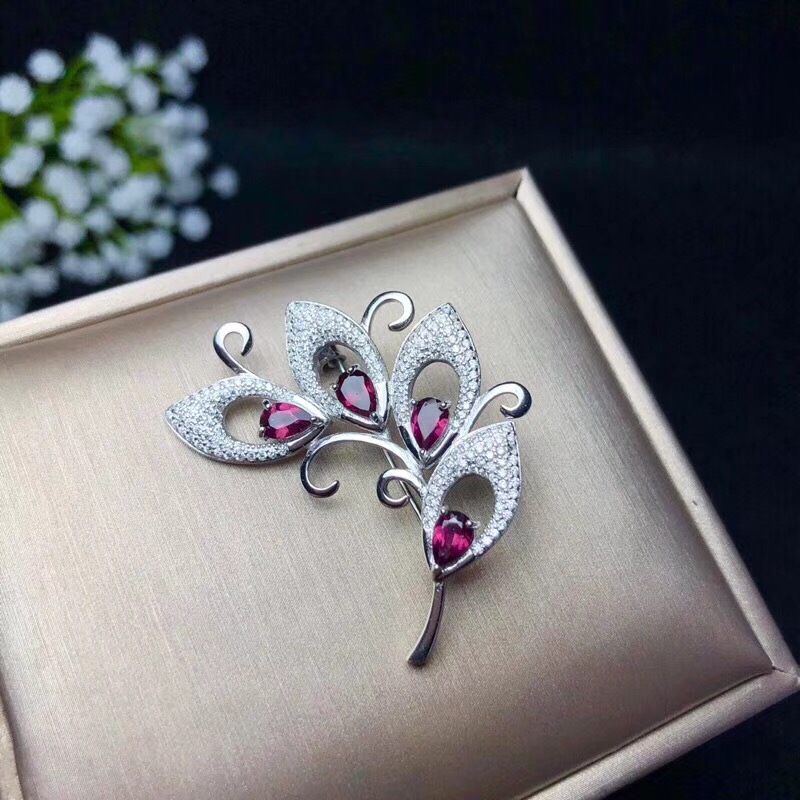 Natural garnet brooch, 925 sterling silver, beautiful brooch, flower style, beautiful color, price is suitableNatural garnet brooch, 925 sterling silver, beautiful brooch, flower style, beautiful color, price is suitable