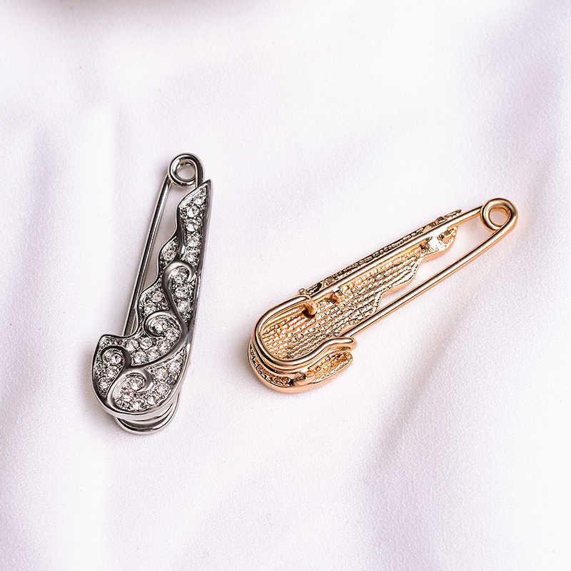 Suki Desain Sederhana Sudut Sayap Paduan Pin Wanita Pria Denim Jaket Dekorasi Paving Stone Kristal Bros untuk Pernikahan Pakaian Perhiasan