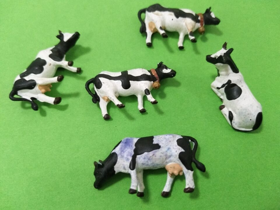 Very high quality 4pcs/lot HO Scale Model Cows Miniature Farm Animal Model Cow for Model Railway Layout